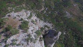 Vue aérienne sur le paysage de montagne avec le fond de coucher du soleil, quelque part aux Etats-Unis projectile banque de vidéos