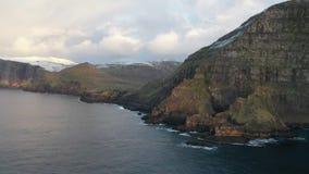 Vue aérienne sur les îles Danemark de Féroé Føroyar Vol avec le bourdon à côté de la falaise et des montagnes banque de vidéos
