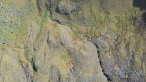 Vue aérienne sur les îles Danemark de Féroé Føroyar Vol avec le bourdon à côté de la falaise et des montagnes clips vidéos