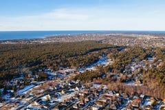 Vue aérienne sur les maisons privées dans la forêt Viimsi photo libre de droits