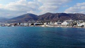 Vue aérienne sur les montagnes d'île, la ville blanche et la mer bleue, Crète, Grèce banque de vidéos