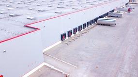 Vue aérienne sur les quais de chargement au centre serveur de distribution aérien image stock