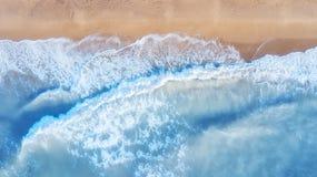 Vue aérienne sur les vagues à l'heure d'été images stock