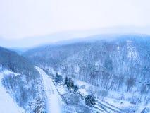 Vue aérienne sur rails dans les bois en hiver photo libre de droits