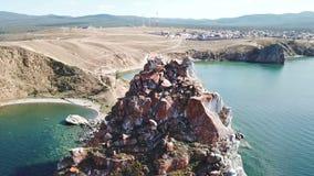 Vue aérienne tranquille de la baie Shamanka de Baikal Bateau blanc dans la baie calme au grand lac Île d'Olkhon, Baikal bourdon banque de vidéos