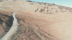 Vue aérienne - un jeune type va trimarder à un volcan par le désert, parc national de Teide, Ténérife banque de vidéos
