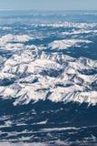Vue aérienne verticale des montagnes couronnées de neige rocailleuses Images libres de droits
