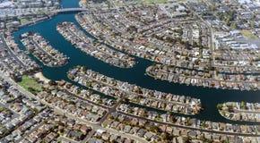 Vue aérienne : Voisinage adoptif d'île de trésor de ville Photos stock