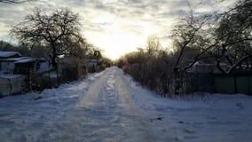 Vue aérienne : Voler au-dessus de la route couverte de neige banque de vidéos