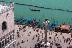Vue aérienne Winged Lion Column et gondole à Venise - en Italie photo libre de droits
