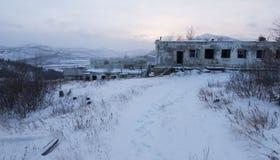 Vue abandonnée d'hiver de règlement Images stock