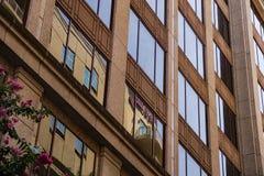 Vue abstraite d'un immeuble de bureaux photos stock