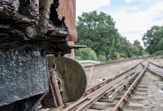 Vue abstraite d'une locomotive à vapeur fortement rouillée et vieille sur une voie de garage ferroviaire Image libre de droits