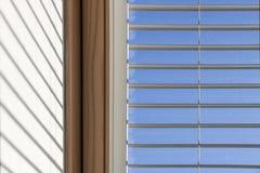 Vue abstraite de fenêtre de toit avec le volet Image stock