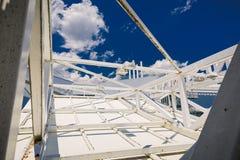 Vue abstraite de plan rapproché du vieux cadre rouillé en métal, carcasse sur le fond bleu-foncé de ciel Photo libre de droits
