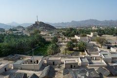 Vue antique de village avec des maisons et des palmiers à partir du dessus de la colline Photos libres de droits