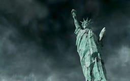 Vue apocalyptique Vieille statue de la liberté dans la tempête 3d rendent Images stock