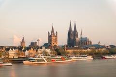 Vue aérienne Cologne au-dessus du Rhin avec le bateau de croisière Image libre de droits