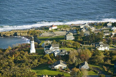 Vue aérienne de phare de deux lumières sur le côtier dans le cap Elizabeth, littoral de Maine au sud de Portland Photographie stock