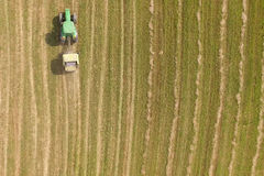 Vue aérienne de tracteur avec la presse ronde sur le champ Photos libres de droits