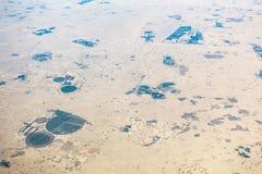 Vue aérienne des champs circulaires dans le désert Image stock