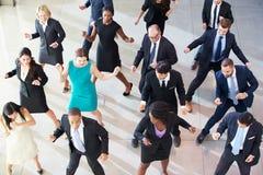 Vue aérienne des hommes d'affaires dansant dans le lobby de bureau Photos stock