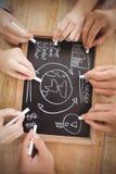 Vue aérienne des mains cultivées écrivant des termes d'affaires sur l'ardoise Image libre de droits