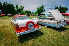 Vue arrière étonnante voitures élégantes de vintage classique de rétros Images libres de droits