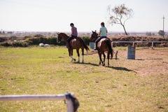 Vue arrière d'équitation femelle d'amis Photographie stock libre de droits