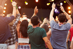 Vue arrière d'assistance à un festival de musique photos stock