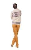 Vue arrière d'homme bel dans le chandail chaud recherchant Image libre de droits