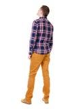 Vue arrière d'homme bel dans le regard à carreaux de chemise Image stock