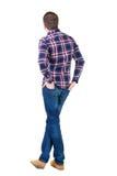 Vue arrière d'homme bel dans le regard à carreaux de chemise Image libre de droits