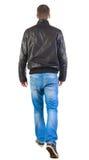 Vue arrière d'homme bel de marche dans la jupe. Photographie stock