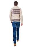Vue arrière d'homme bel de marche dans les jeans et le chandail chaud Photos stock