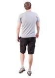 Vue arrière d'homme bel de marche en bref et des espadrilles Image stock