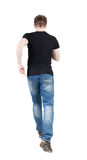 Vue arrière d'homme courant type de marche dans le mouvement Photo stock