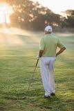 Vue arrière d'homme mûr tenant le club de golf Photographie stock