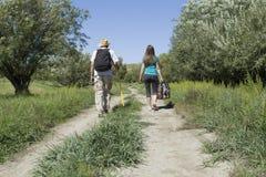Vue arrière d'un couple romantique des touristes marchant dans l'amour photos libres de droits