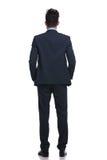 Vue arrière d'un homme décontracté d'affaires regardant loin Photographie stock libre de droits