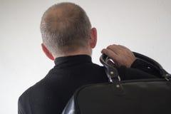 Vue arrière d'un homme plus âgé avec un sac Photographie stock libre de droits