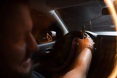 Vue arrière d'un jeune homme conduisant avec insouciance tout en buvant de la bière photographie stock libre de droits