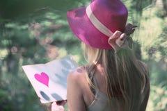Vue arrière d'un livre d'amour de lecture de femme Image libre de droits