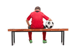 Vue arrière d'un petit garçon triste dans le débardeur de football Photographie stock