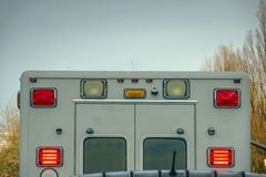 Vue arrière d'une ambulance contre les arbres et le ciel photos stock