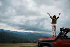 Vue arrière d'une femme agréable appréciant la liberté dans les montagnes photographie stock libre de droits