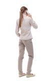 Vue arrière d'une femme parlant au téléphone Image stock