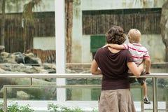 Étant dans le zoo image stock