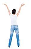 Vue arrière de belle femme dans des jeans regardant le mur et les prises Images libres de droits