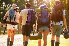 Vue arrière de camper allant des jeunes au festival de musique Photographie stock libre de droits